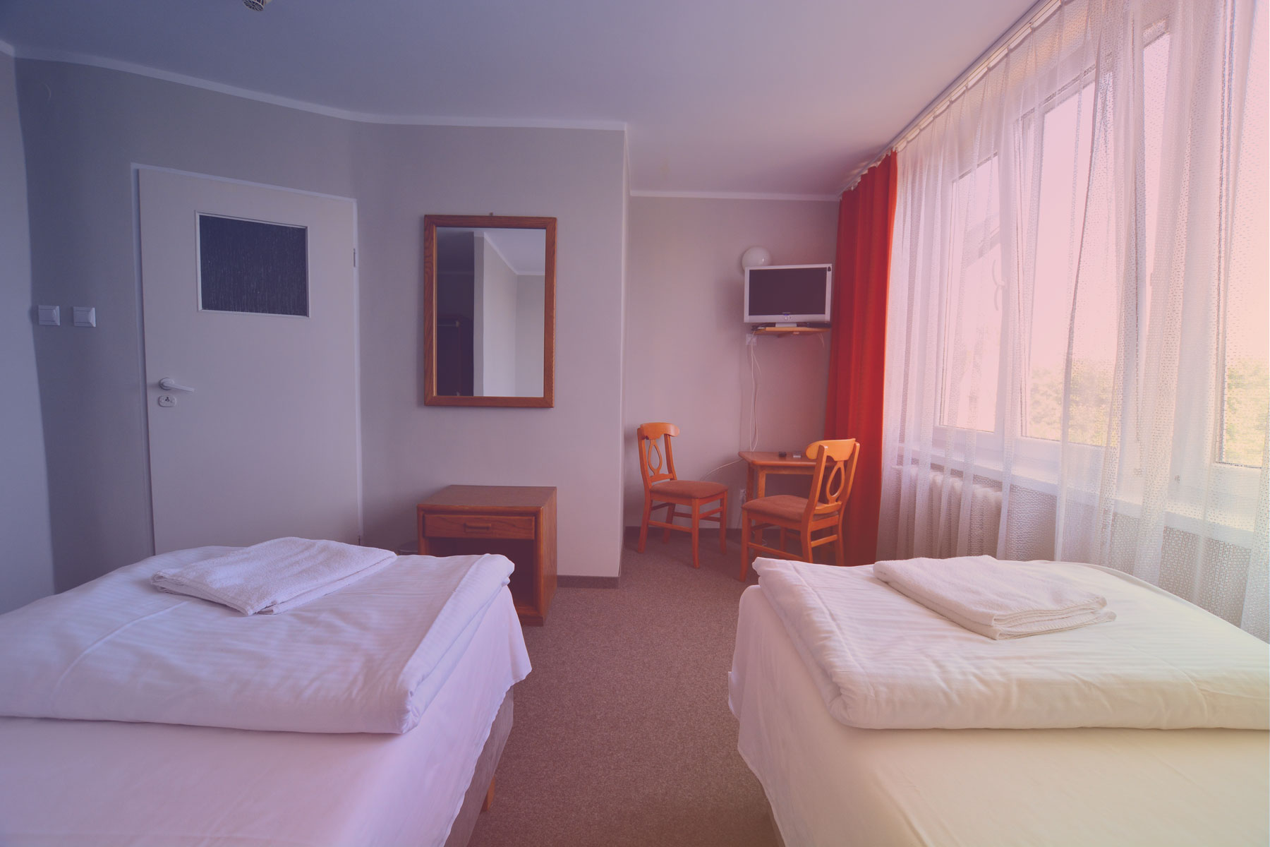 Widok na pokój i łazienkę w Hotelu Felix